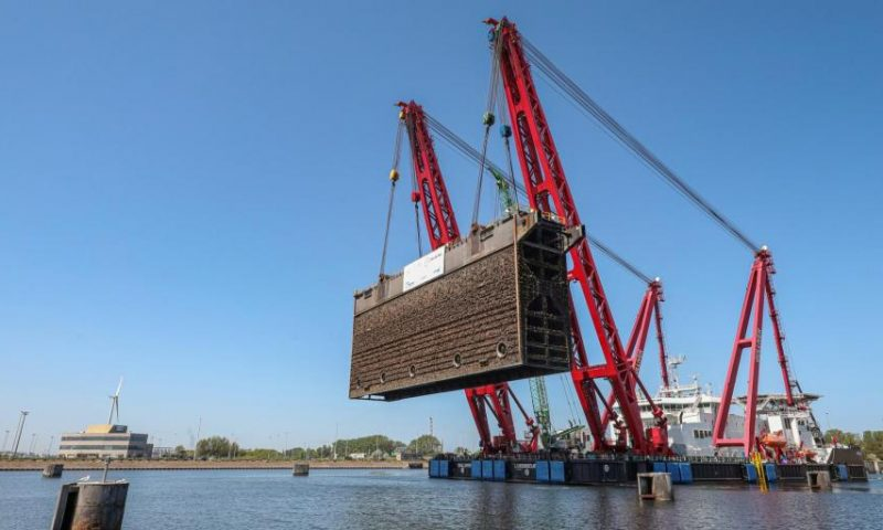 Jan De Nul Lifts 2,500 Tonne Lock Gate in Port of Zeebrugge