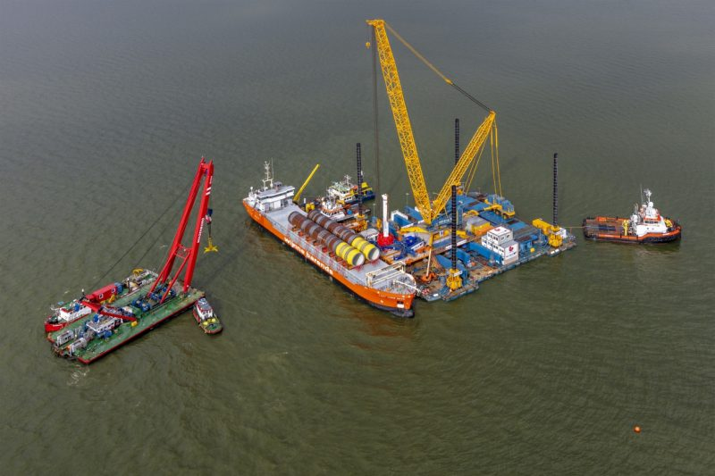 Tailing a Monopile offshore cranes Windpark Fryslân, IJsselmeer