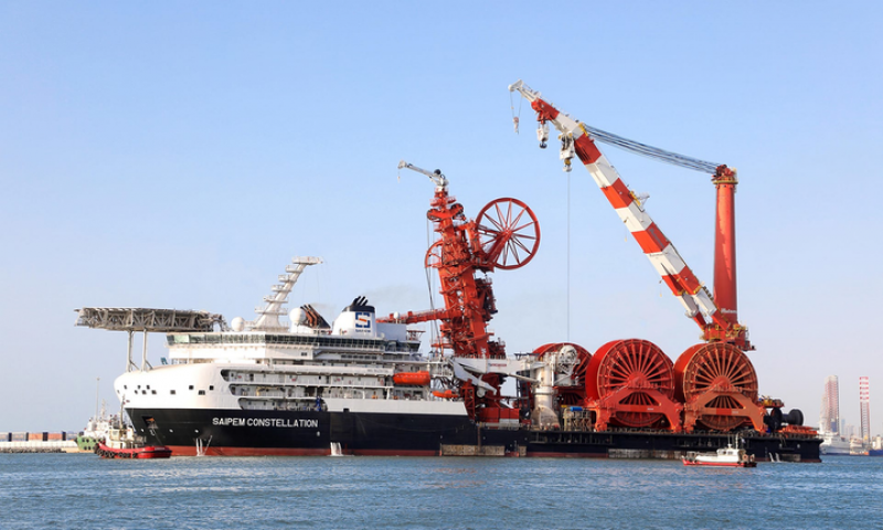 Sarens Installs 508T Mast of the Saipem Constellation Barge at Huisman