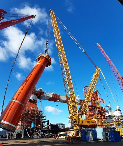 Sarens Installs 508T Mast of the Saipem Constellation Barge at Huisman
